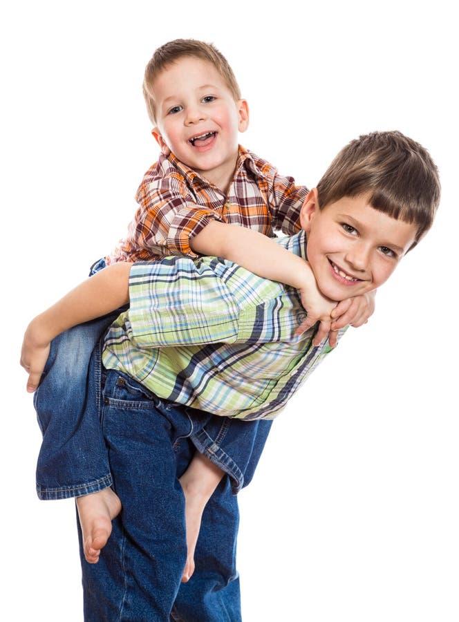 frères jouant ensemble deux images stock