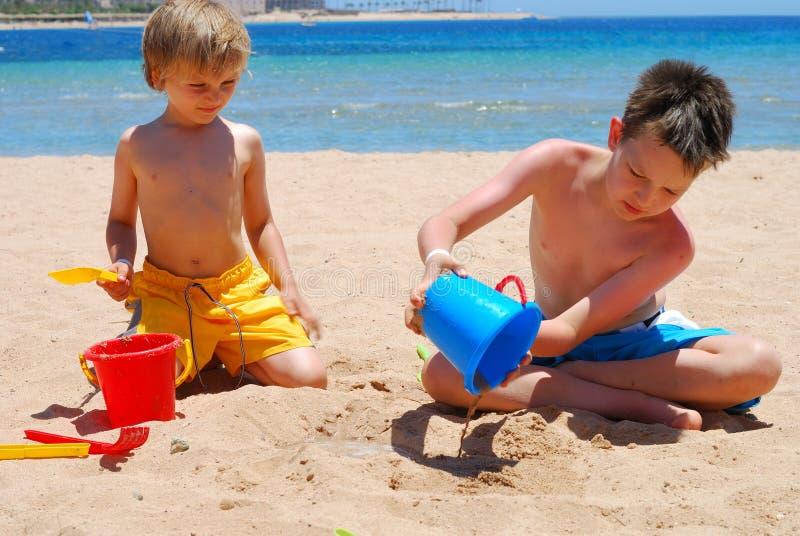 Frères sur la plage photos libres de droits