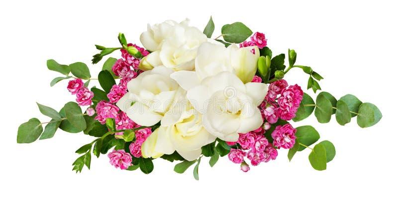 A frésia branca fresca e as flores cor-de-rosa pequenas com eucalipto saem foto de stock