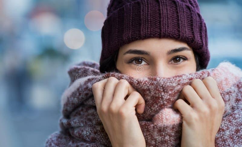 Frío de sensación de la mujer en invierno fotos de archivo libres de regalías