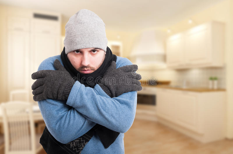 Frío masculino joven atractivo de la sensación fotos de archivo