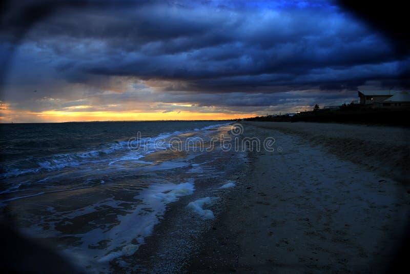 Frío, nublado, igualando la playa fotografía de archivo