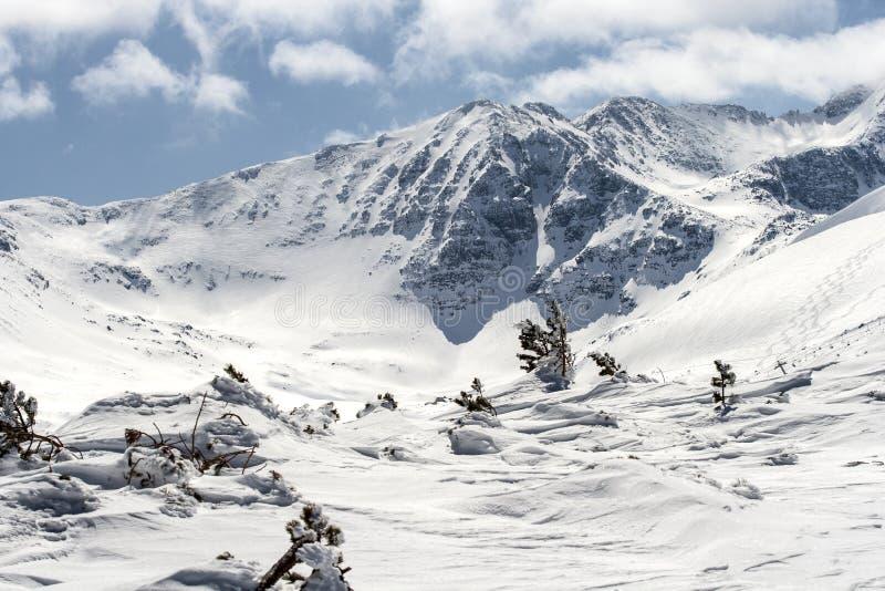 Frío y fuerte viento en la montaña de Rila foto de archivo