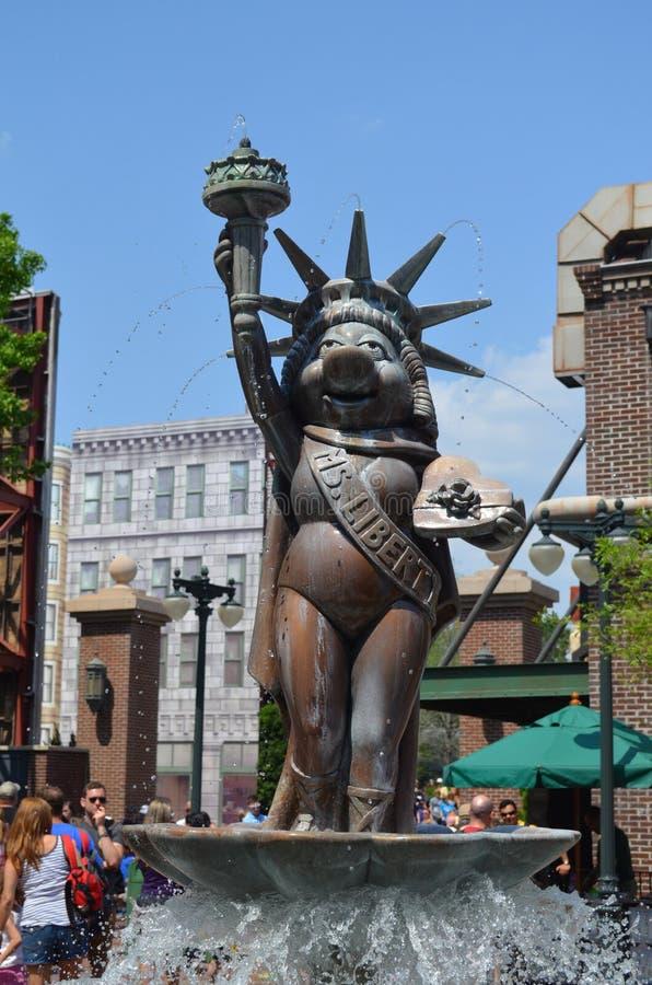 Fröcken Piggy Statue royaltyfria bilder