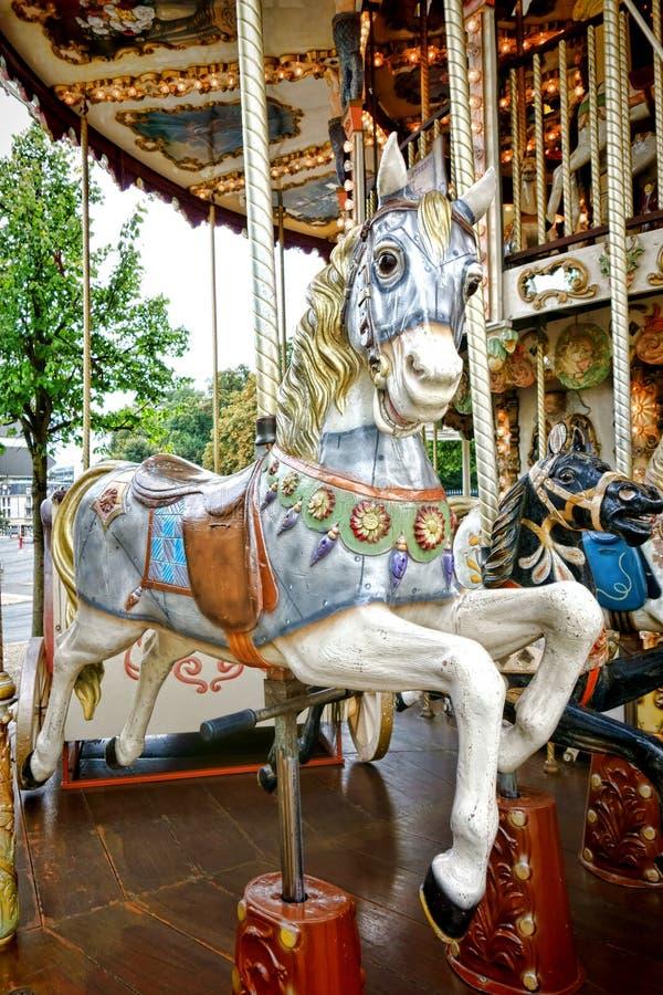 Fröhlich Runden-Unterhaltungs-Fahrgehen altes Karussell-Pferd stockfoto