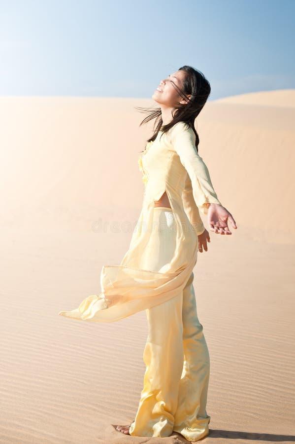 Fröhliche junge Frau stockfoto