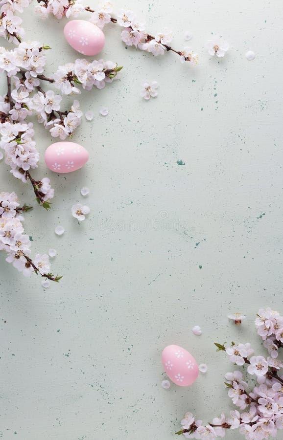 Fröhliche Ostern, blühende Niederlassungen und die Eier gemalt in einer empfindlichen rosa Farbe stockfotografie
