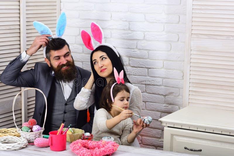 Fröhliche Ostern kindheit Eijagd am Frühlingsfeiertag Familienliebe Ostern Mutter-, Vater- und TochterfarbenOstereier lizenzfreie stockfotografie