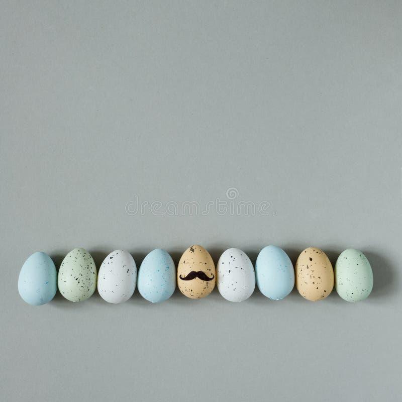 Fröhliche Ostern Lustige Ostereier mit dem Schnurrbart auf grauem Hintergrund lizenzfreie stockfotografie