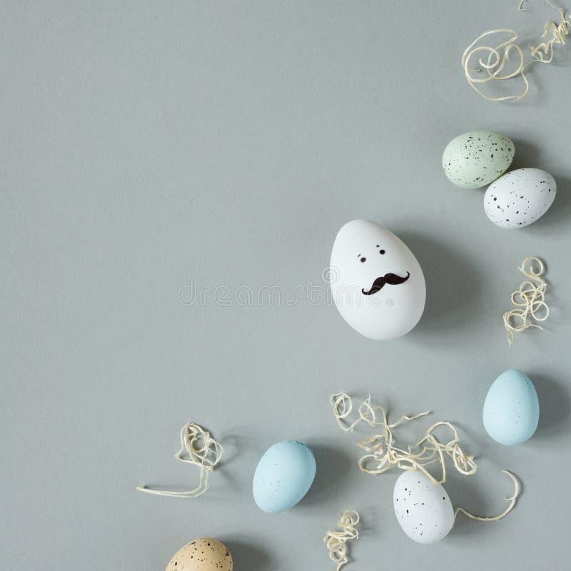 Fröhliche Ostern Lustiges Osterei mit dem Schnurrbart auf grauem Hintergrund stockfoto