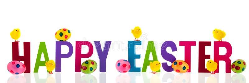Fröhliche Ostern mit Eiern und Küken lizenzfreie stockfotos