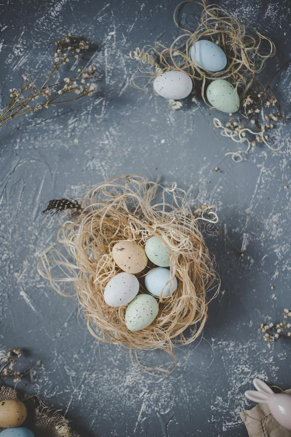 Fröhliche Ostern Ostereier im Nest mit Ostern-Dekoration, Draufsicht stockfotografie