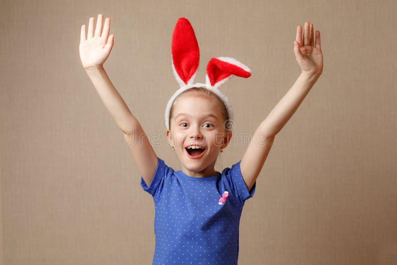 Fröhliche Ostern Porträt eines netten kleinen Mädchens kleidete in den Osterhasenohren an lizenzfreies stockbild