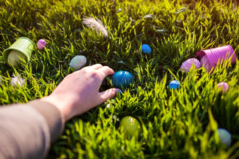 Fröhliche Ostern Verstecktes im Frühjahr Gras Ostereier Frau, die Ei hält lizenzfreie stockfotografie