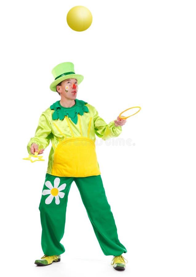Fröhlicher Clown gespielt mit sunball lizenzfreie stockfotos
