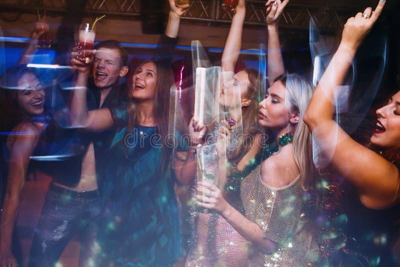 Fröhliches Weihnachtsfest im Nachtclub lizenzfreie stockfotos