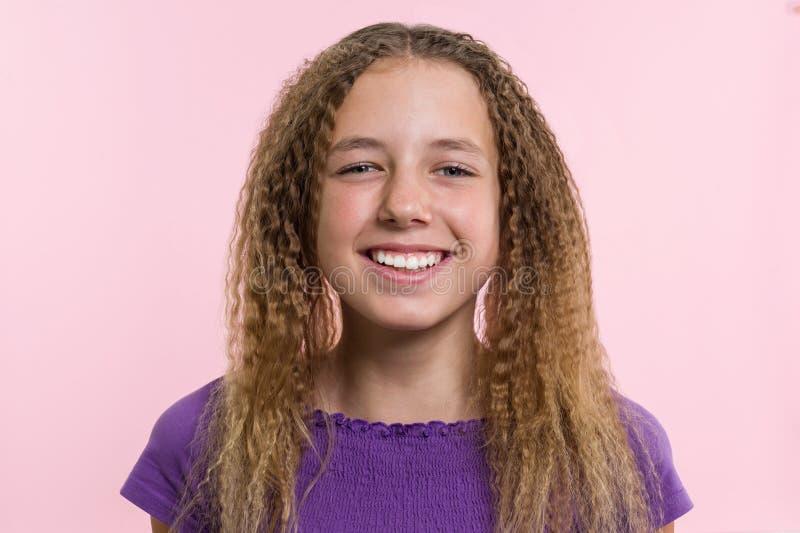 Fröjd, lycka, glädje, seger, framgång och lycka Tonårig flicka på en rosa bakgrund Ansiktsuttryck- och folksinnesrörelsebegrepp royaltyfri fotografi