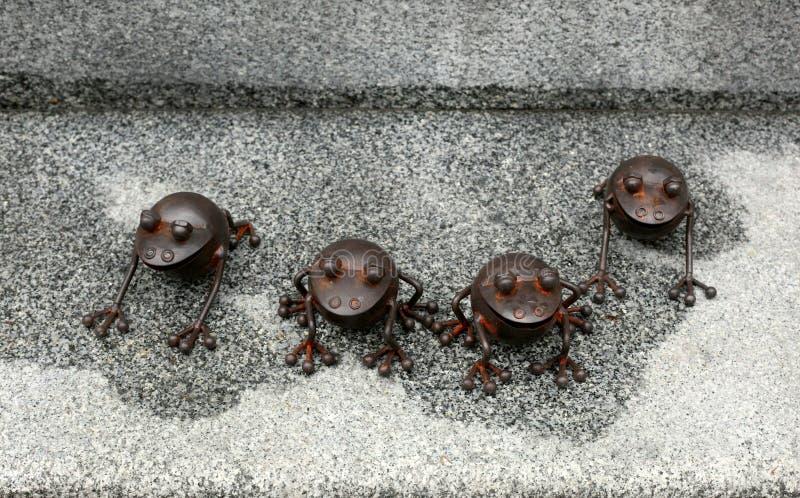 Frösche gemacht vom Metall stockfotografie