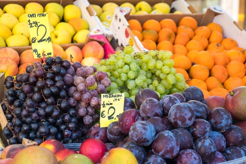 Früchte auf dem Lebensmittelgeschäftmarkt in Venedig, Italien stockbilder