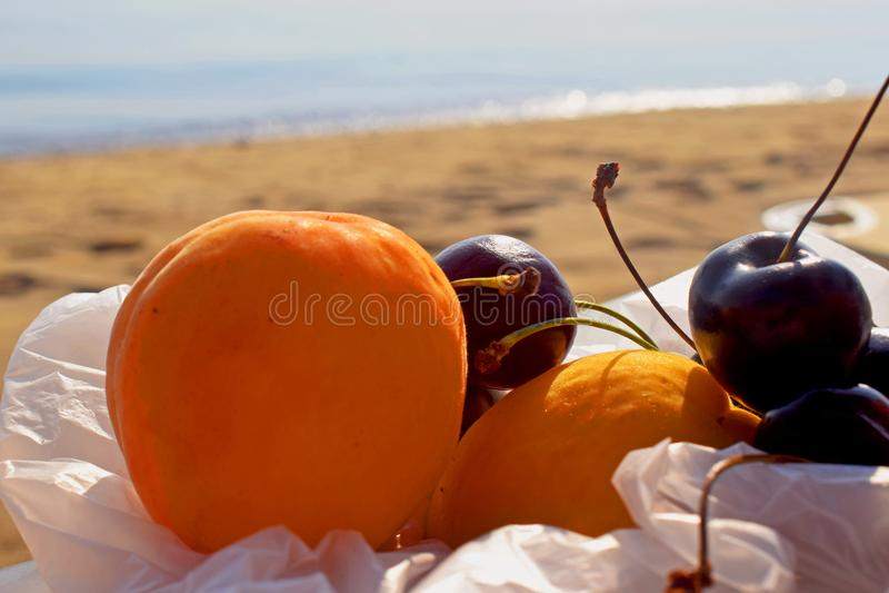 Früchte auf dem Strand für guten Morgen lizenzfreie stockfotos