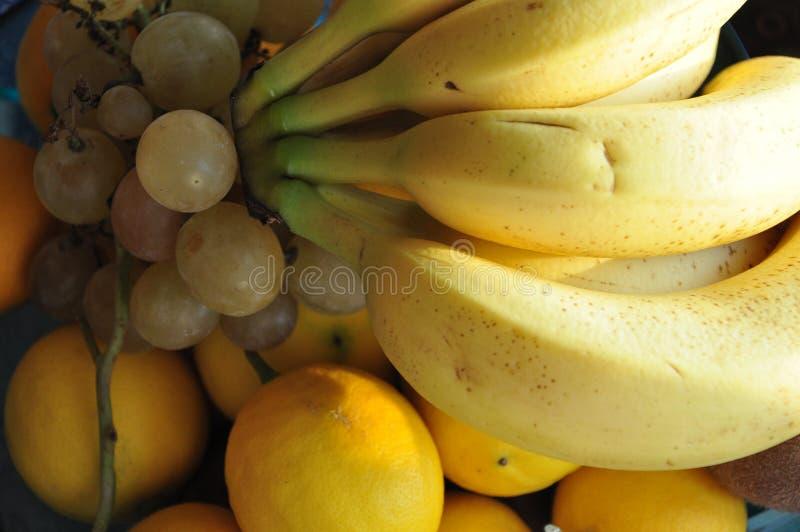 Früchte auf dem Tisch cathced mit der Sonne stockfotos