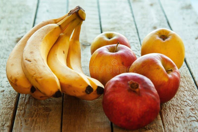 Früchte auf hölzerner Tabelle lizenzfreie stockfotos