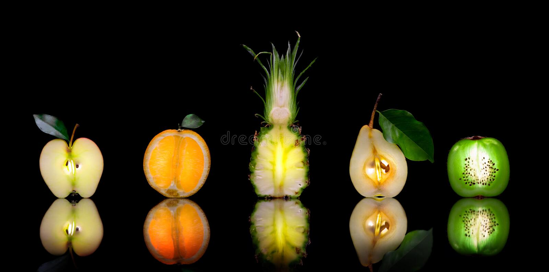 Früchte auf Schwarzem lizenzfreie stockfotografie