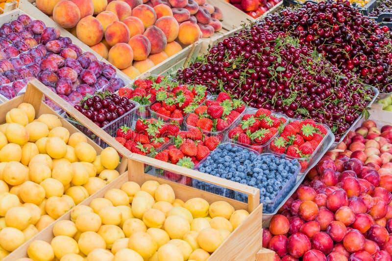 Früchte, Beeren und Gemüse auf dem Zähler am Straßenmarkt stockbild