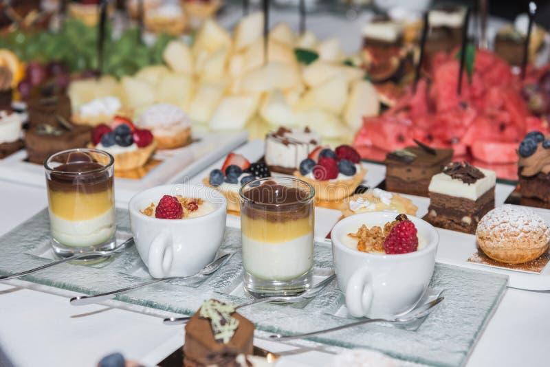 Früchte, Bonbons und Getränke auf dem Tisch stockbild