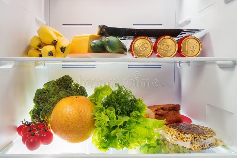 Früchte, Gemüse, Bier, Käse und Fleisch in Kühlschrank stockbild