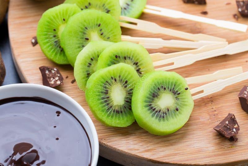 Früchte mit Schokolade auf einem Stock stockbilder