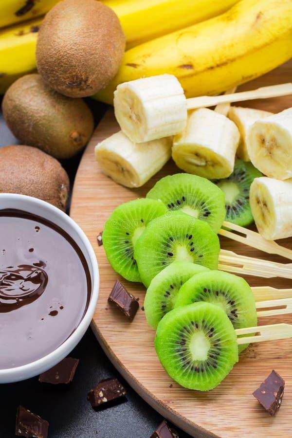 Früchte mit Schokolade auf einem Stock stockfoto