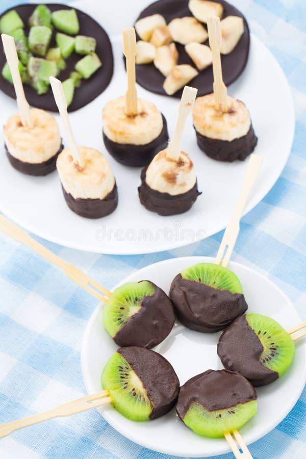 Früchte mit Schokolade auf einem Stock stockfotos