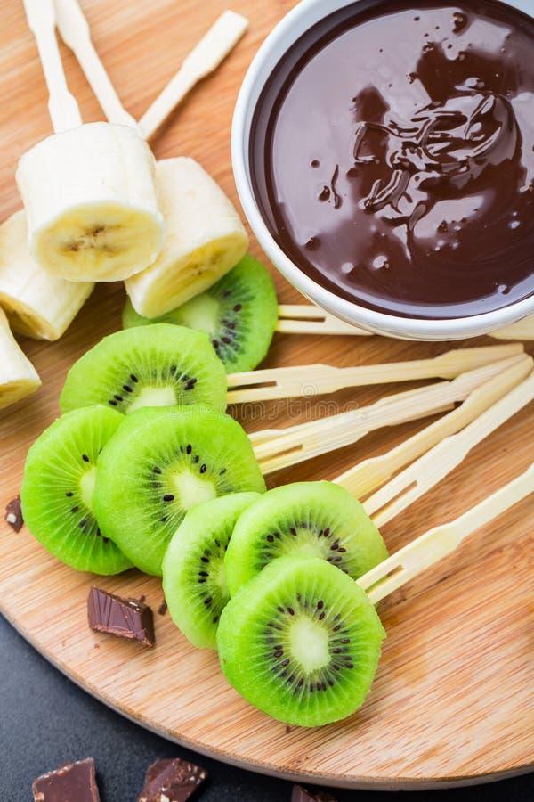 Früchte mit Schokolade auf einem Stock lizenzfreies stockfoto