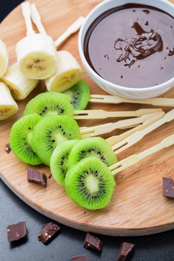 Früchte mit Schokolade auf einem Stock stockfotografie