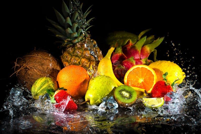 Früchte mit Wasserspritzen stockfotografie