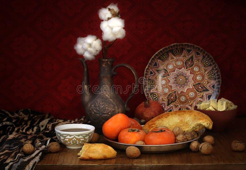 Früchte, Nüsse, flache Kuchen, Krug und orientalische Bonbons auf dem Tisch lizenzfreies stockbild