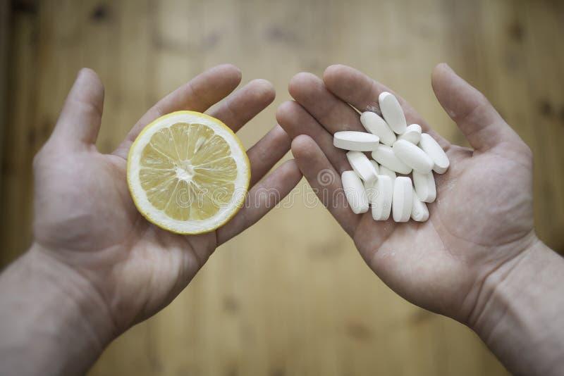 Zitrone oder Pillen? stockbilder
