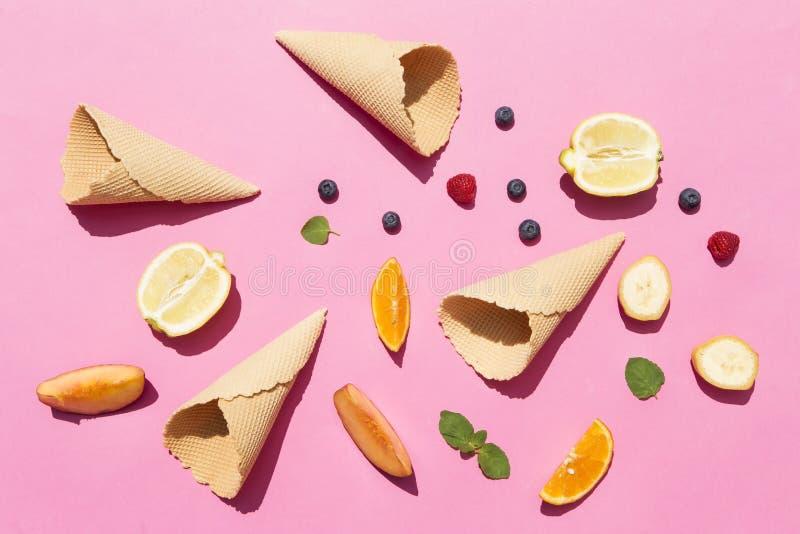 Früchte und Waffelkegel stockfotografie