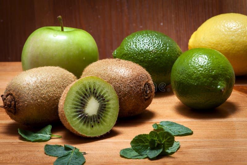 Früchte und Zitrusfrucht auf einer rustikalen Tabelle lizenzfreie stockbilder