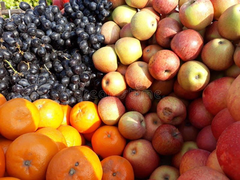 Früchte verkaufen an die Kunden Gute Marktpolitik gefunden im nepalesischen Markt lizenzfreie stockbilder