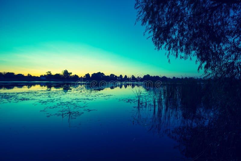 Früh morgens, Dämmerung über dem See stockfotografie