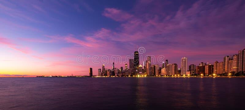 Früh morgens Sonnenaufgang über Chicago lizenzfreie stockfotos