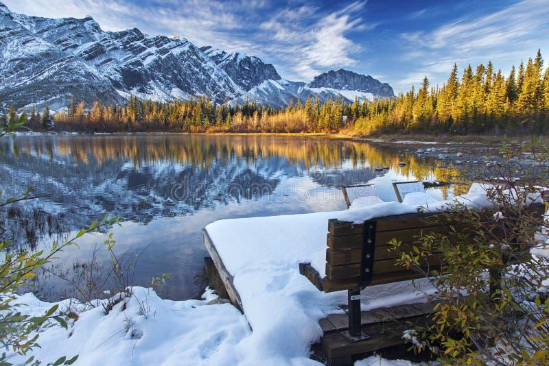 Frühe Schneefälle in den Vorbergen des Kanadiers Rocky Mountains stockbild
