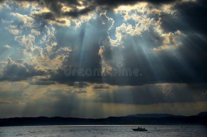 Früher-ein-Sturmhimmel und ein Boot stockbild