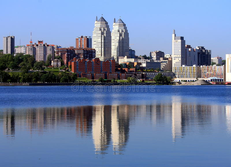 Früher Morgen auf dem Fluss Dnieper, Dnepropetrovsk, Ukraine lizenzfreies stockbild