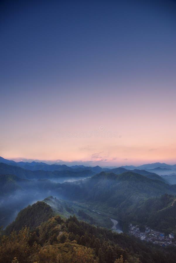 Früher Morgen in den Bergen stockbild