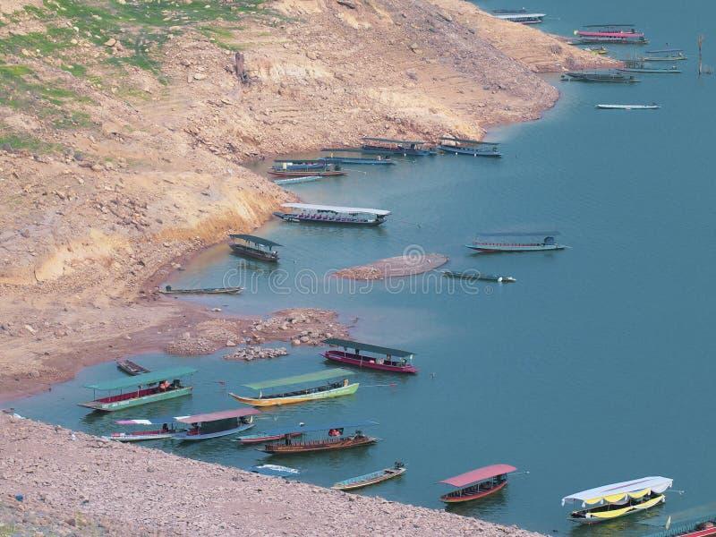 Früher Morgen der Natur ruhig Wasserlandschaft mit Boot über schöner Umwelt des blauen Sees stockbild