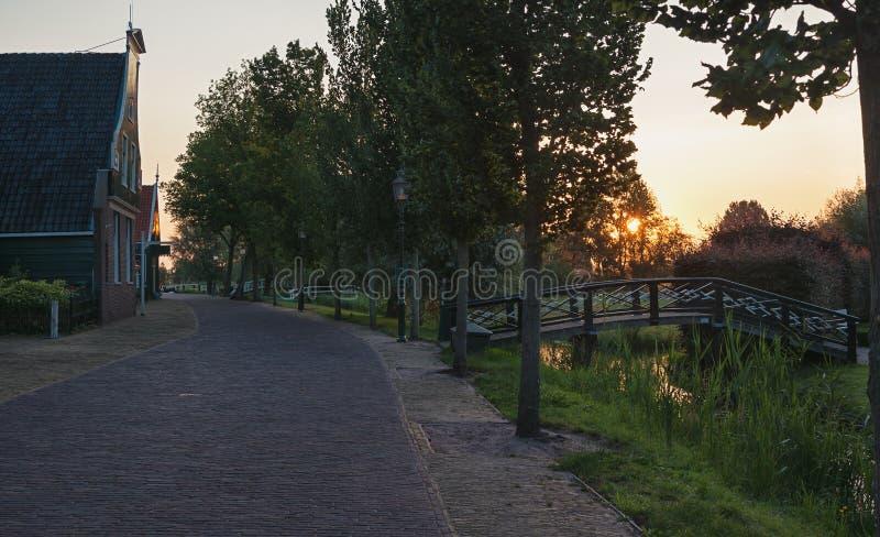 Früher Morgen in einem kleinen niederländischen Dorf lizenzfreies stockbild