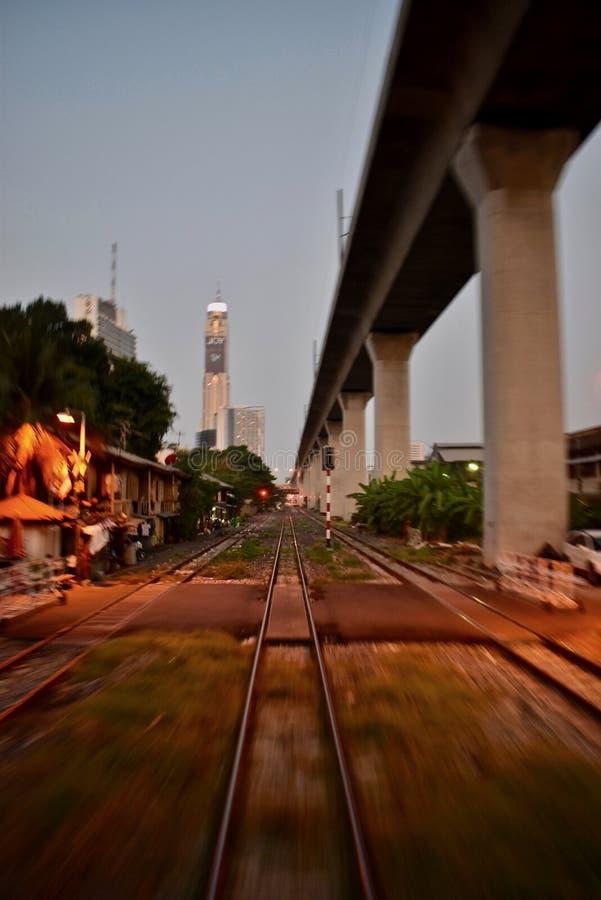 Früher Morgen in einem Zug in Bangkok lizenzfreie stockbilder